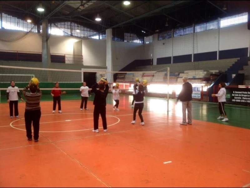 Aulas gratuitas de voleibol para maiores de 60 anos
