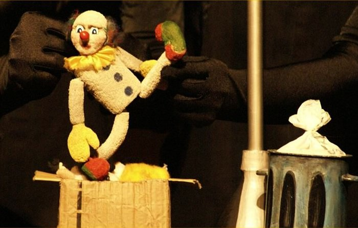 "Espetáculo de teatro de bonecos ""A Caixa"", da Cia. Mútua"
