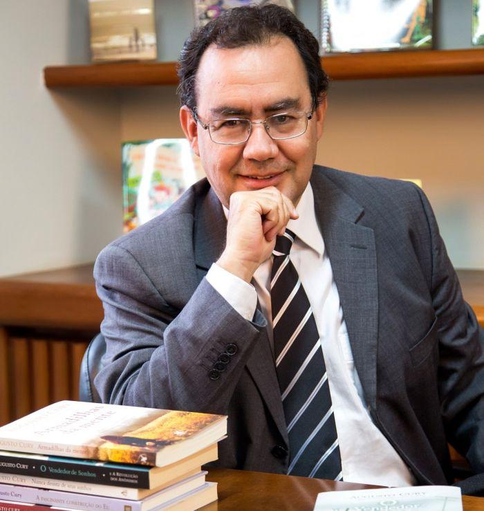 """Escritor Augusto Cury ministra palestra """"Pais Inteligentes Formam Sucessores, Não Herdeiros"""""""