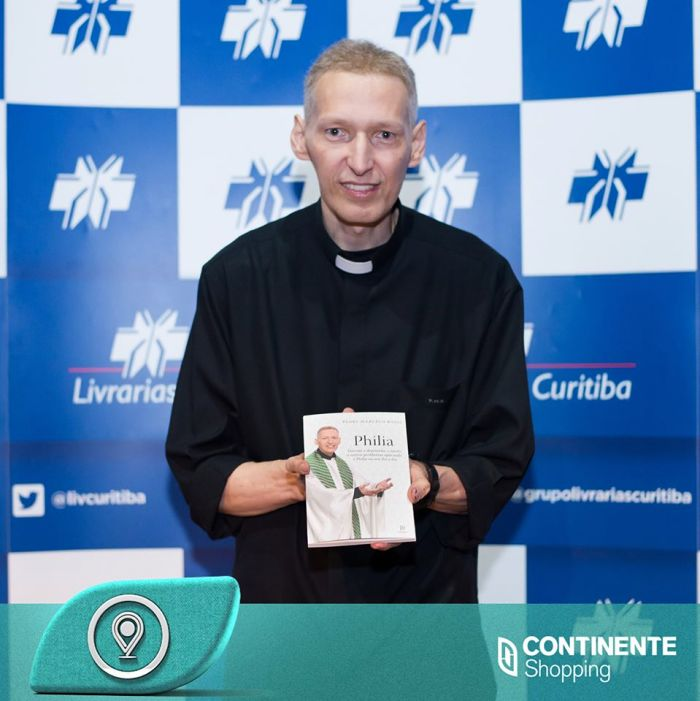 """Padre Marcelo Rossi lança seu livro """"Philia"""" e recebe o público para sessão de autógrafos"""