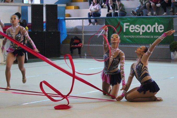 Inscrições para aulas gratuitas de dança contemporânea, alongamento e ginástica