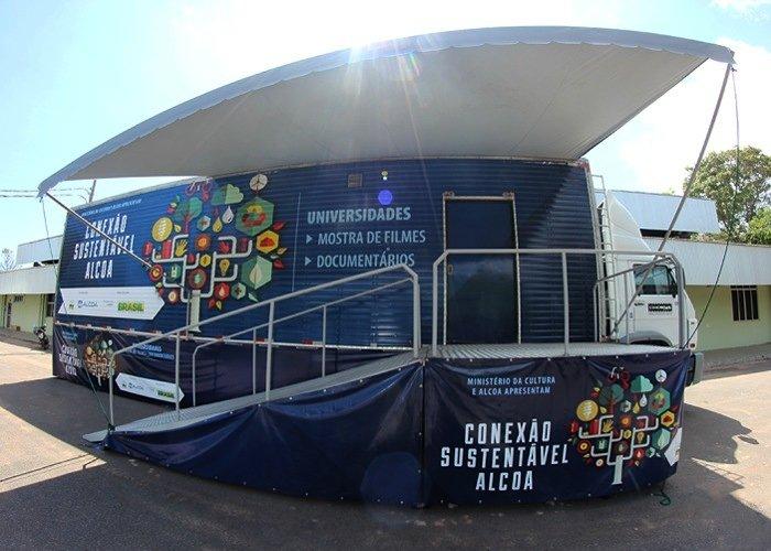 Mostra de filmes no Cinemóvel do projeto Conexão Sustentável Alcoa