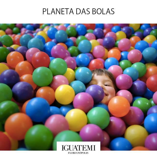 Piscina do Planeta das Bolas para adultos e crianças com mais de 100 mil bolinhas