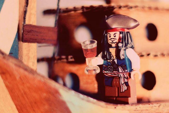 """Exposição fotográfica """"Let it go!"""" retrata miniaturas de bonecos em situações inusitadas"""
