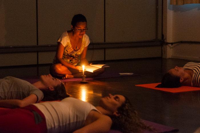"Projeto gratuito ""Leitura e Relaxamento"" concilia pratica de yoga e biblioterapia"