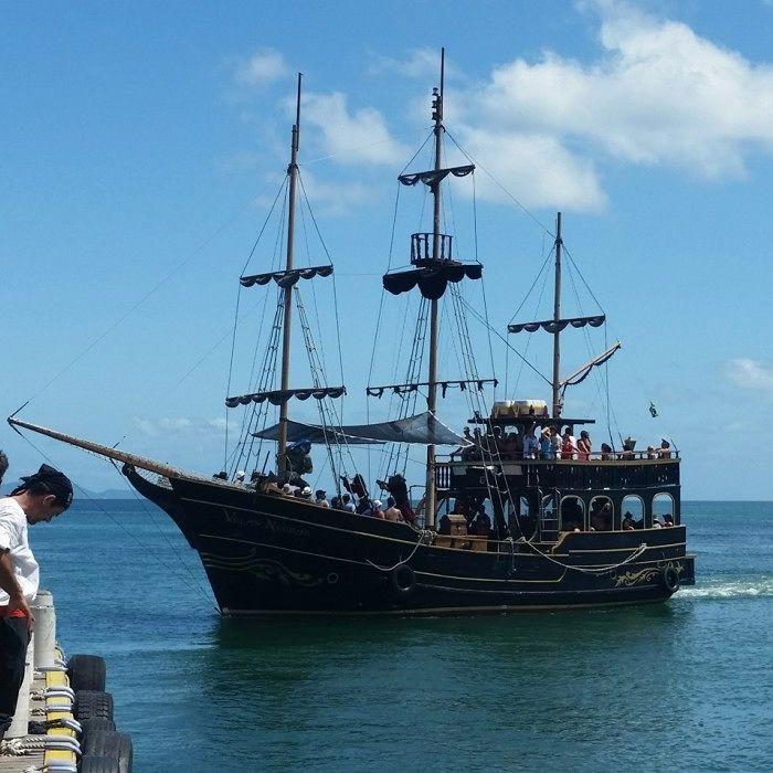 Barcos piratas fazem passeios gratuitos para crianças com cinco horas de duração