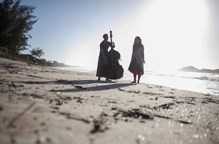 """Duo """"A Corda em Si"""" lança videoclipe """"Té mais"""" com pocket show do quarteto de cordas"""
