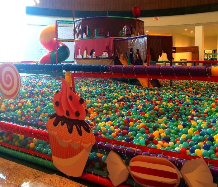 Atrações infantis: Fazendinha e piscina gigante com cerca de 280 mil bolinhas coloridas