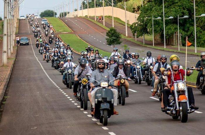 Evento internacional de motociclismo com desfile no Mercado Público