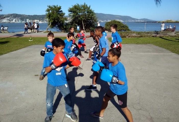Aula aberta de boxe no Parque de Coqueiros com alunos do Projeto Boxe na Escola